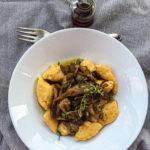 Kopytka z warzyw z bulionu z boczniakami
